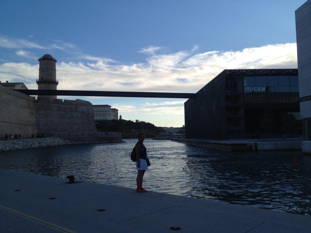 Een loopbrug verbindt het Fort Saint-Jean met de nieuwbouw van het MuCEM
