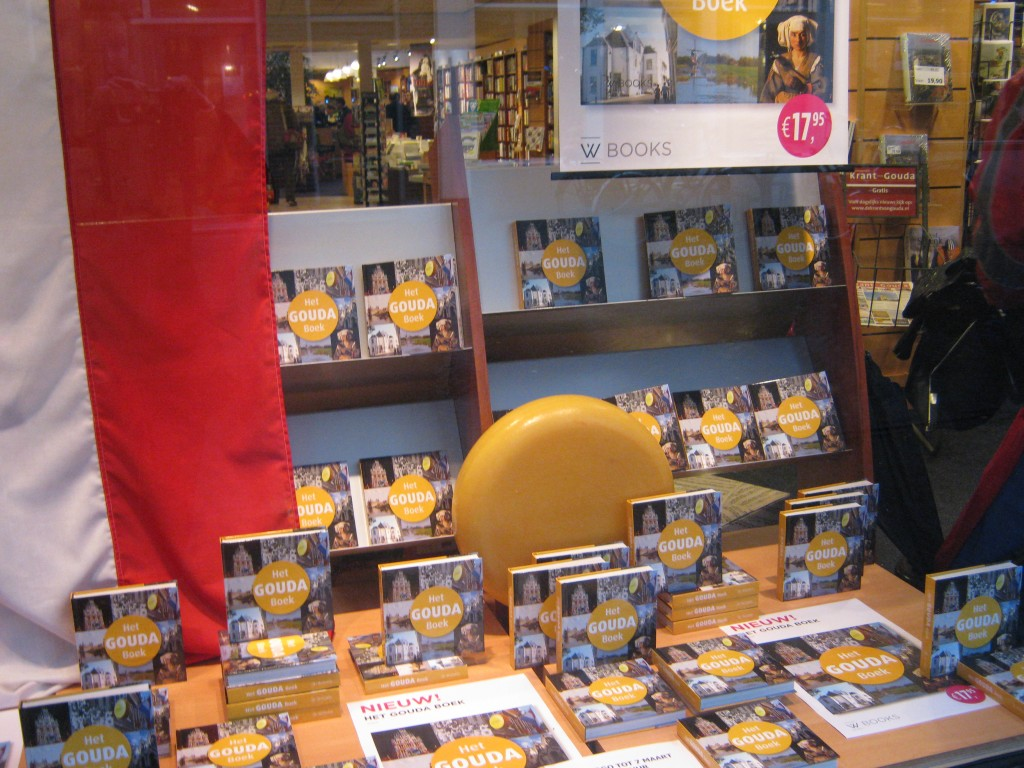 De etalage van de Goudse boekhandel Verkaaik vol met Het GOUDA Boek.