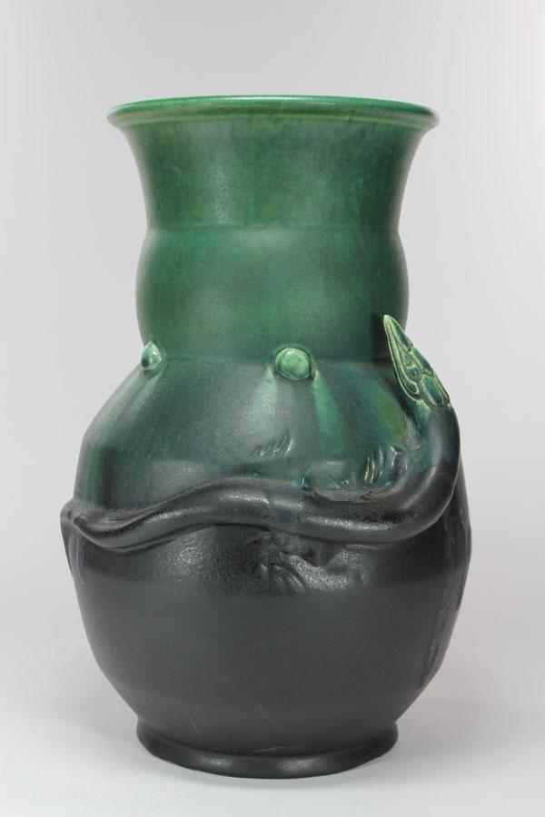 Vaas met salamander, ontwerp van Leen Muller, uitgevoerd bij de Plateelbakkerij Zuid-Holland. (foto Museum Gouda)