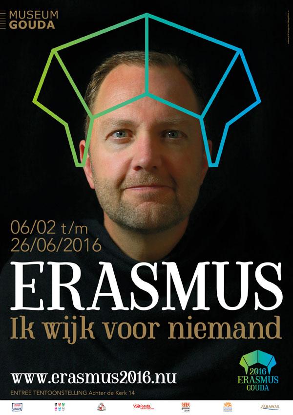 Poster tentoonstelling met Milo Schoenmaker, burgemeester van Gouda, onder de muts van Erasmus. (foto Museum Gouda)