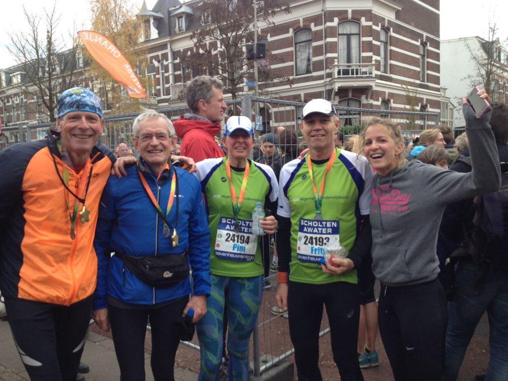 Samen na de finish van de 7Heuvelenloop 2016; v.r.n.l Karen, Frits, Pim, Mat en Marc. Niet op de foto maar evengoed erbij en onmisbaar: Jet en Mia voor de support vooraf en erna.