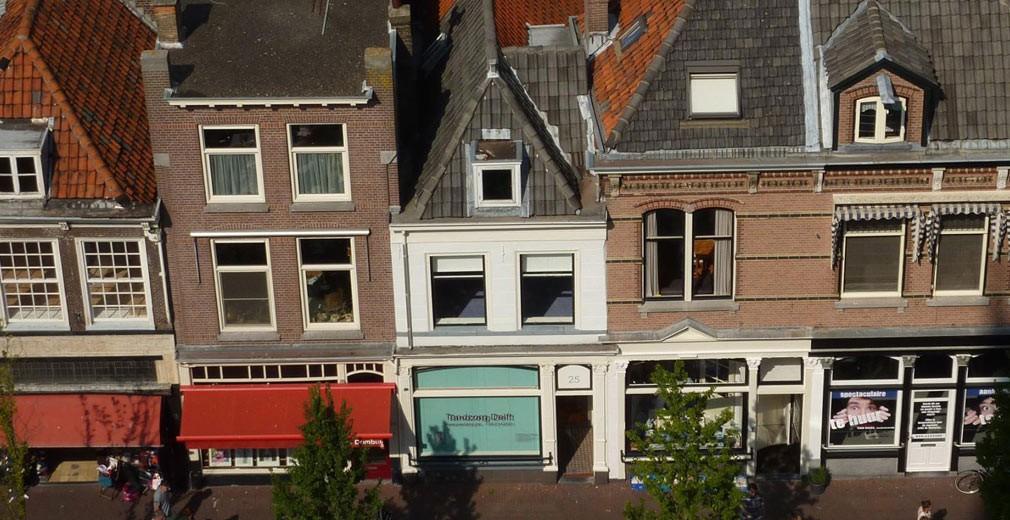 Voldersgracht 25, het witte huis. Hier stond in 1632 de herberg De Vliegde Vos waar Johannes Vermeer werd geboren.