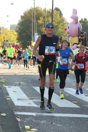 Mijn eerste marathon Amsterdam 15 oktober 2017 Marc Couwenbergh 3707 voor het Rijksmuseum bij de 38 kilometer.