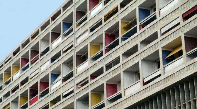 Eenzaam - een superkort verhaal door Marc Couwenbergh. Balkons in Marseille, Cité Radieuse van Le Corbusier.