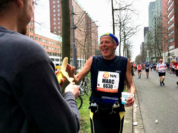 Na 25 kilometer staan Daan en Eef langs de kant met een banaan voor me. Nog 17 kilometer te gaan in mijn tweede marathon: #demooiste