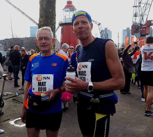 Mat (links) en Marc voor de start van de Rotterdam Marathon 2018.