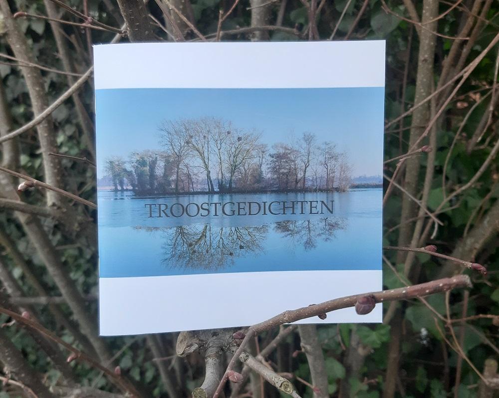 De bundel Troostgedichten uitgebracht ter gelegenheid van vijf jaar Boek en Troost. Marc Couwenbergh maakte van de bundel een vierkant kleinood.